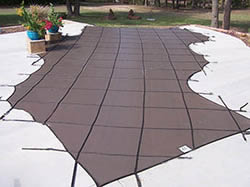Vanishing edge pool with cover